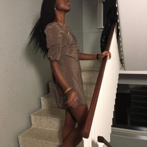 Mega fin kjole fra H&m. Den har nogle flotte detaljer ved skuldrene. Jeg er 172, så hvis du er lavere vil den sidde perfekt, da den er en smule kort. ☺️🐵