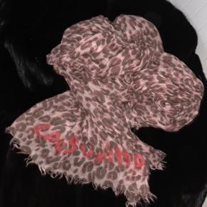 Aldrig brugt. Fuldstændig nyt!  100% ægte Louis Vuitton tørklædet købt i Louis Vuitton butik i København!!! Alt medfølger. ( box, dustbag, kvitt)
