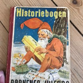 Børnenes julebøg sælges fra 1942, almenstanden er hvad man kan forvente af en godt brugt bog, men pga dens binding forekommer alle sider at være der.. Har brugt den som pynt sammen med en gammel nisse mv❤️❤️ Byd byd byd (Har også en anden knap så gammel til salg)