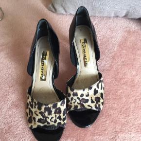 Varetype: Heels Farve: Sort Oprindelig købspris: 600 kr. Prisen angivet er inklusiv forsendelse.  Vildt fede sko  Brugt enkelt aften indendørs Kan ikke gå i høje hæle mere desværre