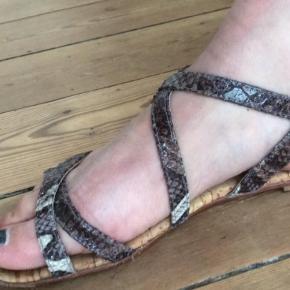 Varetype: Sandaler Farve: Multi Oprindelig købspris: 499 kr.  Virkelige fine sandaler fra Billi bi.  Str. 36.  Meget behagelige at gå i og fejler ingenting. Fremstår i fin stand - er lidt slidte nedenunder men fejler intet.  Nypris 499kr