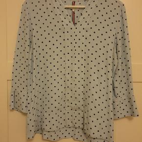 Sød bluse er kun brugt et par gang. Men den har fået en plet på ærmet. Se billede