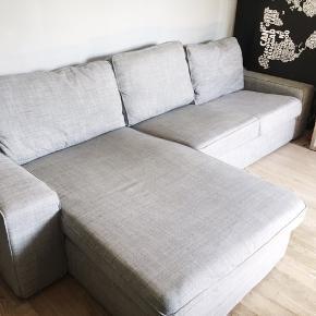 Flot lysegrå chaiselong sofa med tilhørende stol.  Nypris: 4500 kr.   Sælges grundet flytning Afhentes i Gentofte