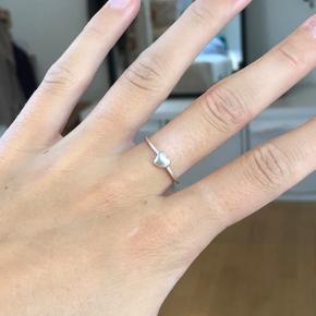 Sølv ring med hjerte i str. xs    Søgeord: Maanesten  Pernille Corydon  Maria Black Jane Kønig Pilgrim  Dyrberg/Kern