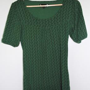 Fin mønstret grøn bluse fra Soya.