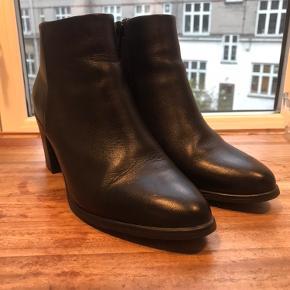 Flotte støvler, som har været brugt i en periode, men som er i næsten ny stand. Er blevet for små