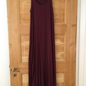 Fin lang kjole fra H&M i vinrød/Bordeaux str xs