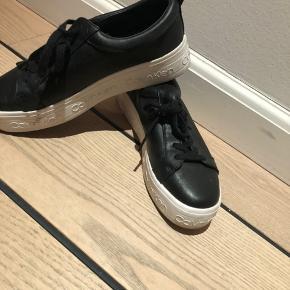 Helt nye Calvin Klein sneaks. Meget flot i sort læder. For små for mig desværre