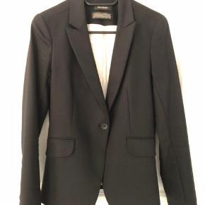 Sort jakkesæt i rigtig fin stand. Model: Blake Night - bukser er brugt en gang, blazeren er brugt 2 gange - sælges kun som et sæt.