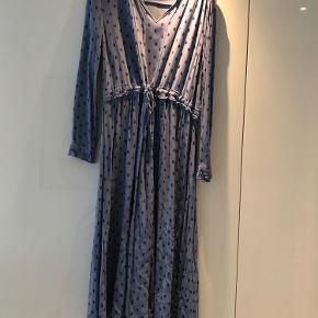 Fineste kjole i størrelse 40. Ankellang og med massere af skørt som giver kjolen den flotteste bevægelse. Kan afhentes på Kingosgade på Vesterbro, eller køber betaler fragt over trendsales.