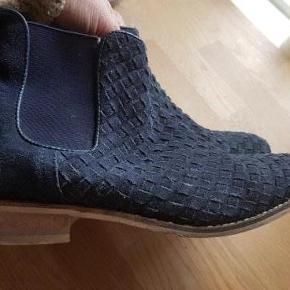 Varetype: støvler Farve: Blå Oprindelig købspris: 800 kr.  Super fede flet støvler uden foer, så helt aktuelle nu.  Se min flotte karakterer og mine andre annoncer også med sko i samme str.