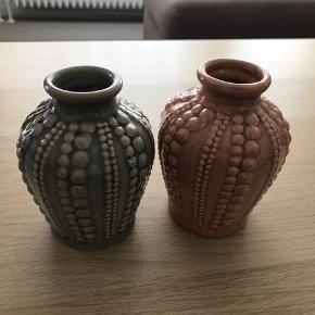 To flotte små vaser. Som nye En grå og en rosa. Sælges samlet for 60 kr