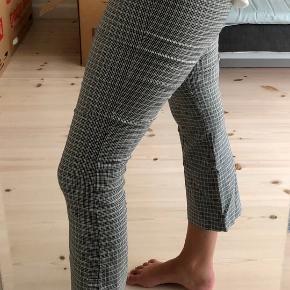 Ternede elastiske bukser fra zara. Super behagelige at have på! Farven er brun/grå sort