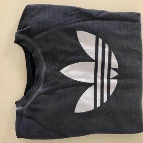 Adidas bluse sweatshirt Støvet blå Brugt ganske få gange  Str. 140  Se mine andre annoncer :-)