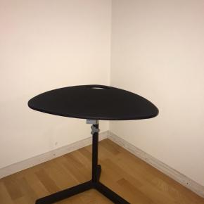 Sort lækkert computer bord. Højden kan reguleres. 58 cm bredt cirka