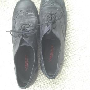 Varetype: Sko Farve: Sort  Næsten nye sko fra Gardenia. Har kun været brugt ca 5 gange.   De har et sort/gråt støvet look og købt således. Er meget behagelige at ha på og en god pasform.   Sælges kun pga oprydning i garderoben.   Bud fra 450kr har interesse.   Se også mine andre annoncer.