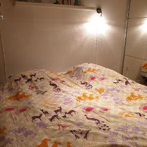 Det kendt fine sengetøj fra Susanne Schjerning. Der er lynlås i både dynebetræk og pudebetræk.. Str 140x220 (ekstra langt) Jeg bytter ikke. Prisen er for 2 sæt!