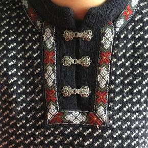 Ægte norsk uldsweater i rigtig god stand. Meget tykt uld, den her holder man varmen i! Den er nok en xl-xxl, og passer pigen på billedet som den skal. Men den er også flot som oversize. Kan bæres af både mænd og kvinder.