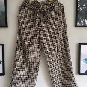 Super fina ternede bukser fra H&M, desværre en smule store til mig. Passer en M.