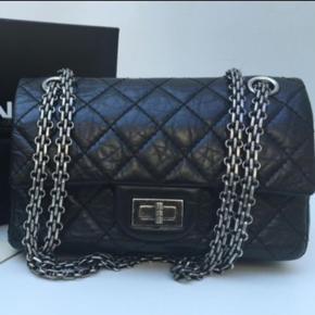 Sælges den eftertragtede Chanel chanel reissue 2.24 / mini  Ses sjældent 🎉  Købt af dedee herinde  Box, dustbag og kort medfølger  Står 100 % inde for ægtheden  Sender billeder til seriøse interesserede  Ønsker 24.000