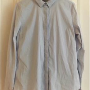 Lys blå klassisk skjorte fra Cos med stretch.