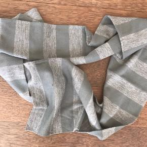 Tyndere lækkert varmt halstørklæde, der ikke kradser :) Aldrig brugt.