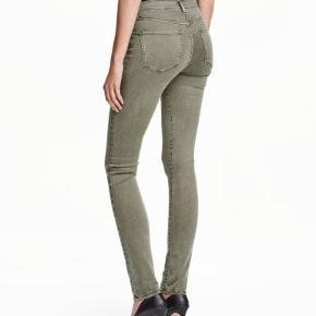 Mega lækre  shaping jeans i regular fit i en mørke oliven grøn farve. De sidder simpelthen så godt. De er brugt mindre end 10 gange.  Str.28/32 hvilket passer til en stor S (38/40) Billede af de rigtige denim vil komme senere