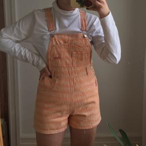 Vintage orange smækbukser/overalls med korte ben/som shorts. Fra mærket No Boundaries. I fin stand. Passes af en størrelse S.