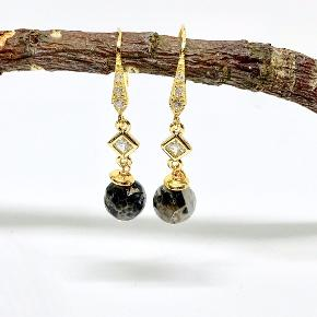 Flotte øreringe med en skøn agat perle med changerende nuancer. Lavet med forgyldt sterling sølv ørekrog. Prisen er pr. par   Kan sendes for 10,- som brev eller som pakke for 39,-