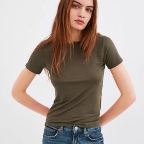Super super blød t-shirt fra ZARA i khaki / army grøn.💚 Aldrig brugt, kun prøvet på. Skriv pb for billede af min egen t-shirt. IKKE rygerhjem. Tjek mine andre annoncer!