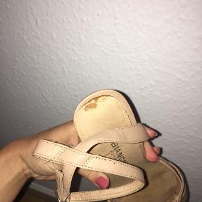 Der ses lille tegn på den ene sko, se billede (den brune plet).