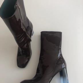 Bordeaux lak støvle med gennemsigtig lyseblå 9,5 cm hæl. Str 41. Helt nye, aldrig brugt. Gave fra min mand som endda fik sat ny sål på hælen.