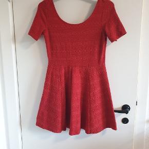 Fin rød kjole.  Kan afhentes i Aarhus omkring Storcenter Nord eller sendes for købers regning.  Se gerne mine andre annoncer.