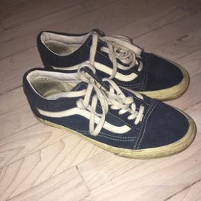 Supe fede Vans old skool. Cond 7 De skal bare vaske så er de så gode som nye. Lidt slid inde i skoen ved hælen som vist på billedet. Str 37 BYD!