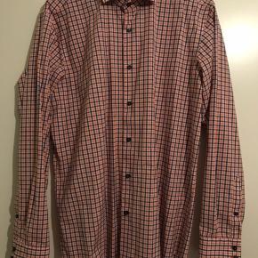 Hugo Boss skjorte  Str. 42/Large Regular fit.  Brugt en enkelt gang. Sælges da jeg ikke får den brugt. Går rigtig godt sammen med et par jeans.