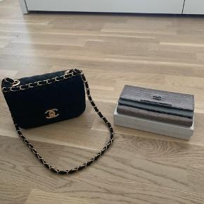 """Sælger disse to """"fake"""" Chanel ting. De er begge i meget god stand, da de aldrig er brugt/prøvet.  Tasken fra ny kostede 450. Pungen fra ny kostede 200.  Sælges samlet for 500.  Kan også købes hver for sig. BYD gerne"""