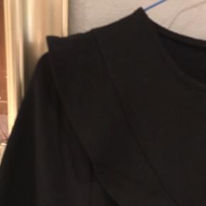 Pæn sort T-shirt fra Saint Tropez med fine detaljer🌸