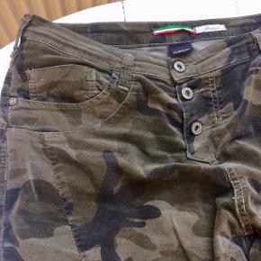 Lækre jeans: PLEASE JEANS NUOVO KAKI P78AON9MZ7. Størrelse M. Aldrig brugt, prismærke er forsat på. Sælges for min mor, da hun ikke fik dem brugt alligevel. Byd gerne på dem.