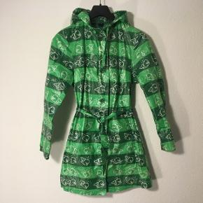 Knælang Lys/mørkegrøn regnjakke med hvid hval print i str. S fra Ze-Ze   Sender gerne på købers regning  Evt byd 🤗