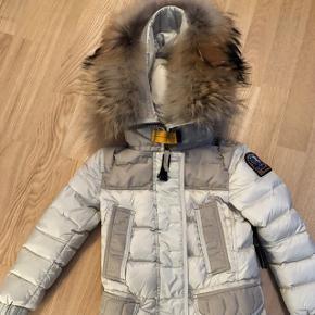 👀NY PRIS👀 Skøn og varm pige jakke i str 4 år. Ingen slid, den er købt for lille.