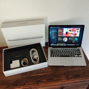 """MacBook Pro retina fra 2015 med 13"""" Retina skærm med høj opløsning. I god og velfungerende stand. Med nyeste Mac styresystem os x Catalina og med Microsoft Office.  Med hurtig Intel i5 processor, 8 GB RAM, SSD harddisk med 128 GB plads, DK tastatur med baggrundsbelysning, indbygget WiFi, Bluetooth og facetime kamera og mikrofon.  Fremstår nærmest fuldstændig som ny!  Helt opdateret og Klar til brug ;-)  sælges incl original emballage samt Apple Magsafe 2 oplader, ledning og original kvittering.  Forøvrigt er batteri også i top stand og holder meget længe på strømmen.  Nypris omkring 11.000 plus Microsoft Office."""