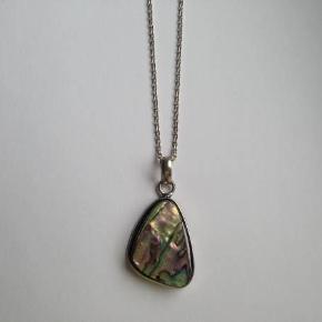 Flot halskæde med vedhæng i sølv 925.  Vedhængets højde: 4 cm. Stemplet: 925  Kædens længde: 61 cm. Stemplet: 925