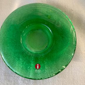 """Ittala """"Nappi"""" fyrfadsstage i grønt glas. Diameter 12 cm Højde 2 cm. Pris kr 45"""
