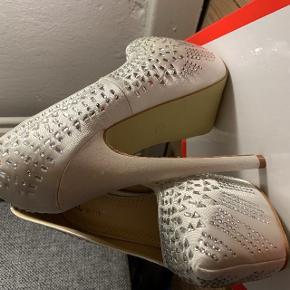 Helt nye og ubrugte stilletter i en str. 37. Hælen er 15 cm og plateau 5 cm.