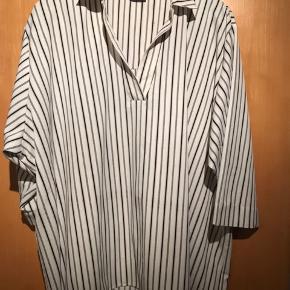 Pronto Woman bluse med 3/4 ærme.  Bryst 2x80. Længde 80 cm.