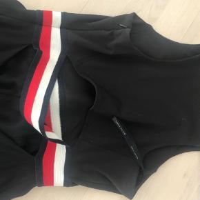 Varetype: Midi Farve: Blå Prisen angivet er inklusiv forsendelse.  Sommerkjole med åben ryg. Går til over knæet. En af de kjoler Gigi Hadid har lagt navn til. Fra 2018.