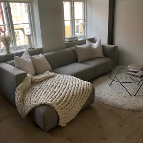 3 md gammel sofa sælges pga flytning. Virkelig flot. Farven er lys beige/grå.