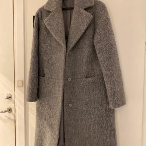Uld frakke fra 2nd DAY i grå. God men brugt. Fejler intet, andet end den er brugt. Virkelig god vibterfrakke da den er dejlig varm 😊