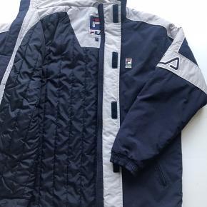 Vintage Fila jakke med foer logo på ærmerne, perfekt til vinter! Mørkeblå  Str L (Håndtag på lynlås er skiftet ud med ring, men ikke noget der kan ses)