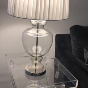 Sælger min super fine og flotte lampe. Den er i sølv hvor midten af lamper en glas. Der medfølger en pære. Sælger kun hvis det rette bud kommer. Den er slet ikke brugt og har blot stået i et hjørne for sig. Har selv været oppe og give næsten 2000 for den.